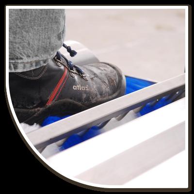 Schoen op ontsmettingstoestel, onderdeel hygiëne protocol